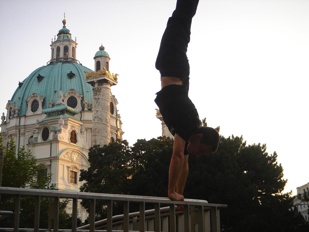 Karlsplatz Handstand